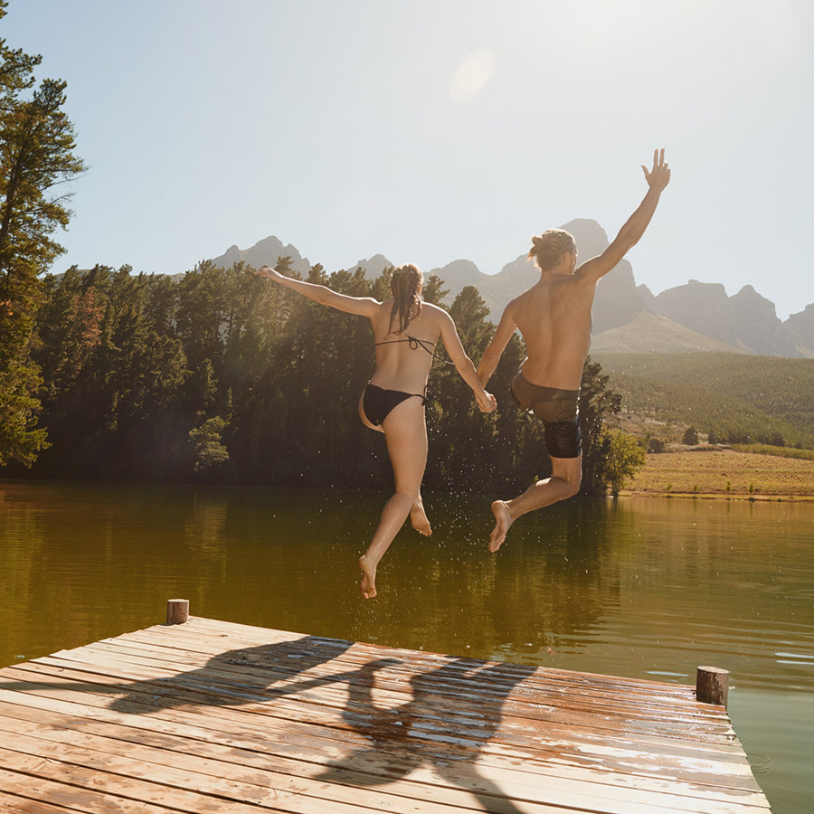Rearview shot of an enthusiastic couple jumping off a dock into the lakehttp://195.154.178.81/DATA/i_collage/pu/shoots/785123.jpg